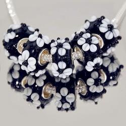 """Намистини Пандора """"Преміум"""", лемпворк, 15х8 мм, чорні з об'ємними білими квітами"""